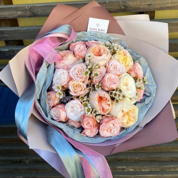 Весенний букет из пионовидных роз и хамелациума - фото 1