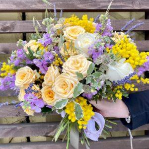 Букет с ароматной мимозой, лавандовой маттиолой и нежными розами - фото 1