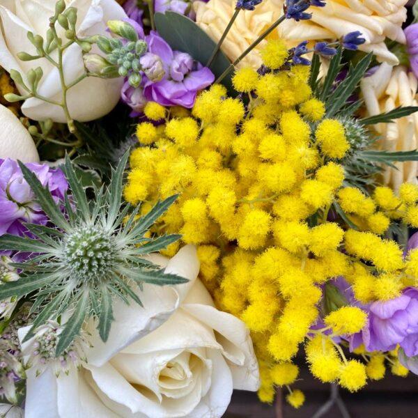 Букет с ароматной мимозой, лавандовой маттиолой и нежными розами - фото 3