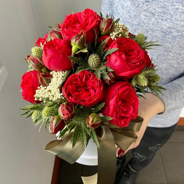 """Букет роз в коробке """"Red Piano и Эрингиум"""" - фото 2"""