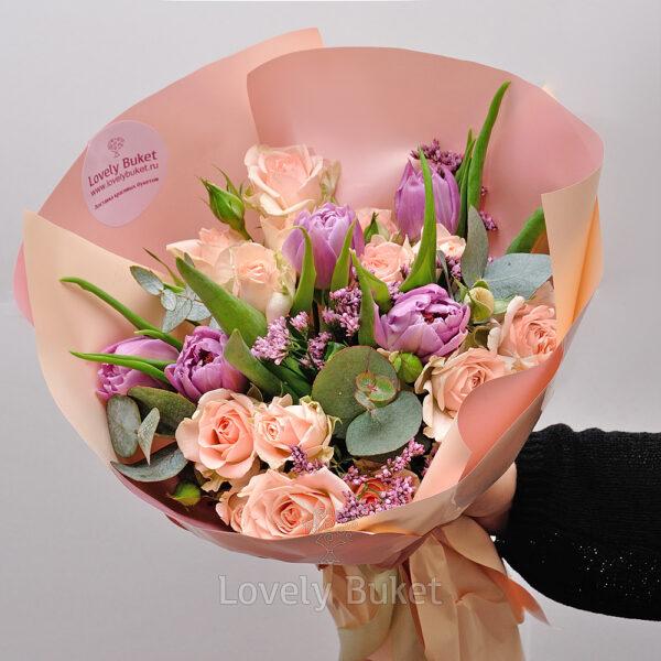 Букет из кустовых роз, тюльпанов и ароматных веток - фото 1