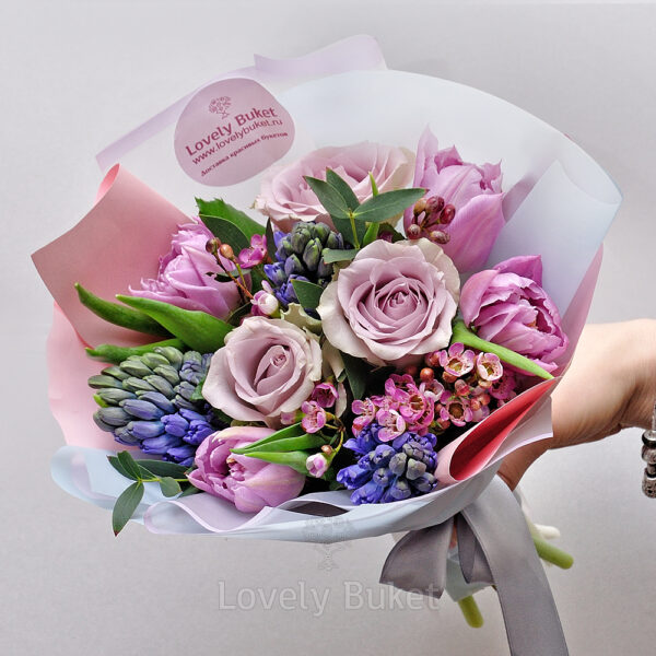 Букет из гиацинтов, одноголовых роз и веток хамелациума - фото 1