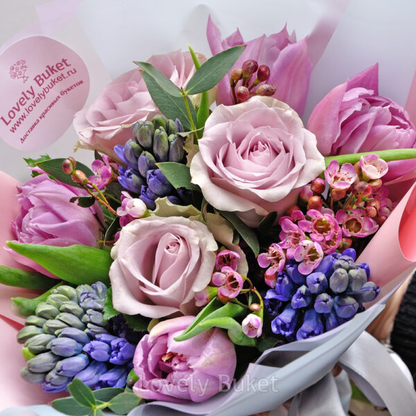 Букет из гиацинтов, одноголовых роз и веток хамелациума - фото 2