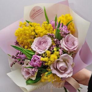 Букет из ароматной мимозы и сиреневых роз - фото 1