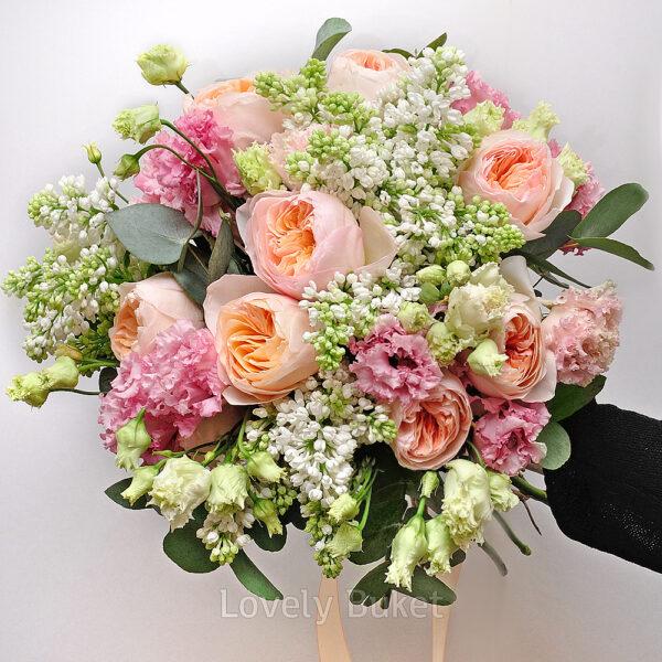 Нежный букет с ароматной сиренью, пионовидными розами и соцветиями - фото 1