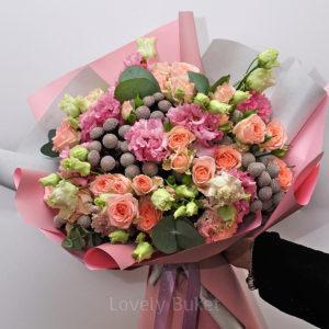Нежный букет с брунией, кустовыми розами и ажурной эустомой - фото 1