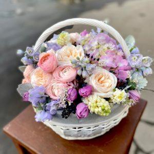 Цветочная композиция в корзине с весенними цветами - фото 1