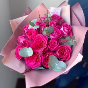 Букет из 25 роз с крупным бутоном в сочетании с бордовой пушистой Астильбой - фото 1