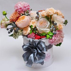 Композиция с цветами, свежими ягодами и мармеладом - фото 1