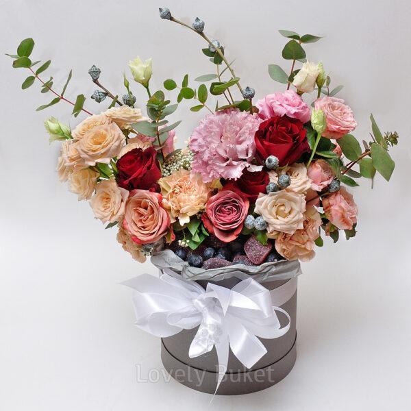 Композиция с цветами, свежими ягодами и мармеладом - фото 2