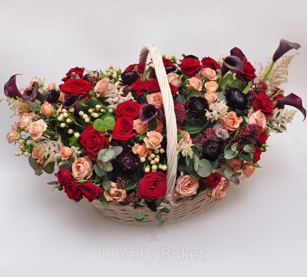 Цветочная композиция в корзине в вишнево-черничной гамме с розами и каллами - фото 1