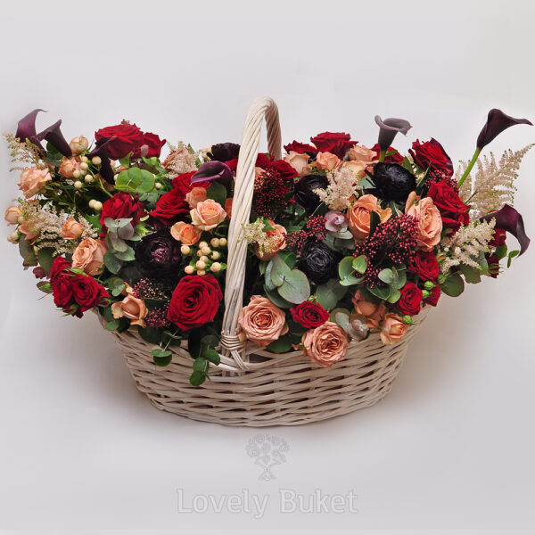 Цветочная композиция в корзине в вишнево-черничной гамме с розами и каллами - фото 2