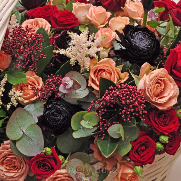 Цветочная композиция в корзине в вишнево-черничной гамме с розами и каллами - фото 3