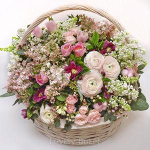 Воздушная корзина из нежных, ароматных цветов с сиренью - фото 1