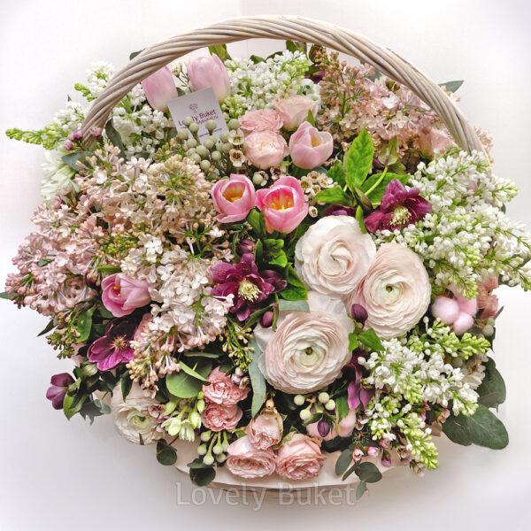 Воздушная корзина из нежных, ароматных цветов с сиренью - фото 2