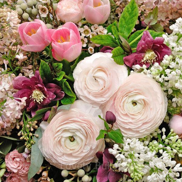 Воздушная корзина из нежных, ароматных цветов с сиренью - фото 3