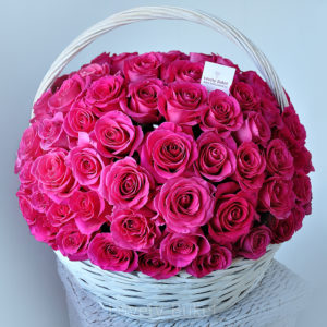 Малиново-лиловые розы в корзине - фото 1