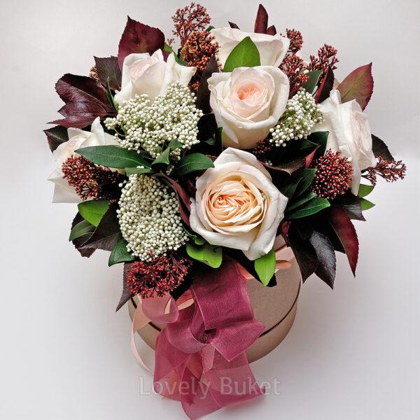 """Букет садовых роз и соцветия цветов """"Scarlett"""" в коробке - фото 1"""