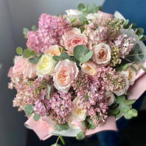 Букет из ароматной сирени и пионовидных роз сорта Keira - фото 1