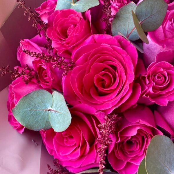 Букет из 25 роз с крупным бутоном в сочетании с бордовой пушистой Астильбой - фото 2