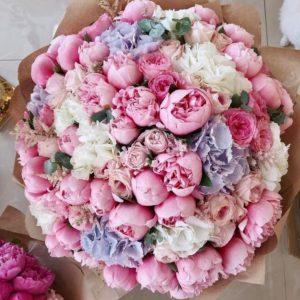 Объемный букет из ароматных пионов и сезонных цветов - фото 1