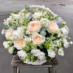 Композиция в нежной гамме с садовыми розами - фото 1
