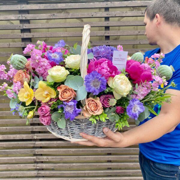 Цветочная корзина в малиново-лиловых оттенках - фото 1