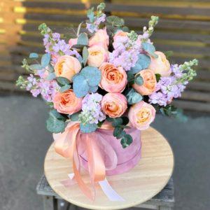 Цветочная композиция с ярко-персиковым пионовидными розами и маттиолой - фото 1