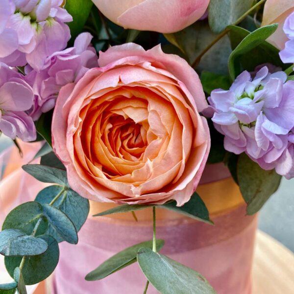 Цветочная композиция с ярко-персиковым пионовидными розами и маттиолой - фото 2