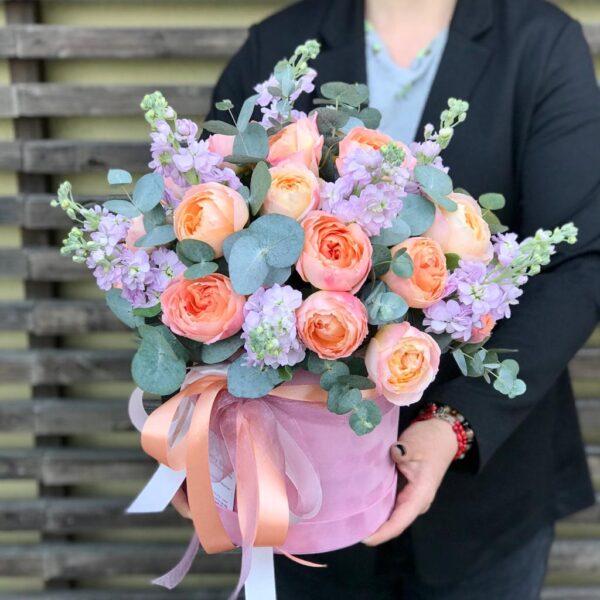 Цветочная композиция с ярко-персиковым пионовидными розами и маттиолой - фото 3