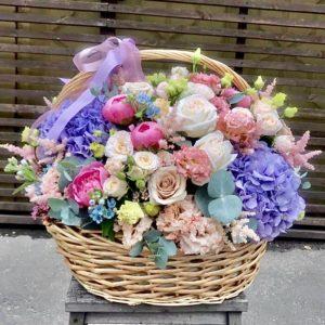 """Цветочная корзина """"Garda""""с пудровыми розами и ажурным лизиантусом - фото 1"""