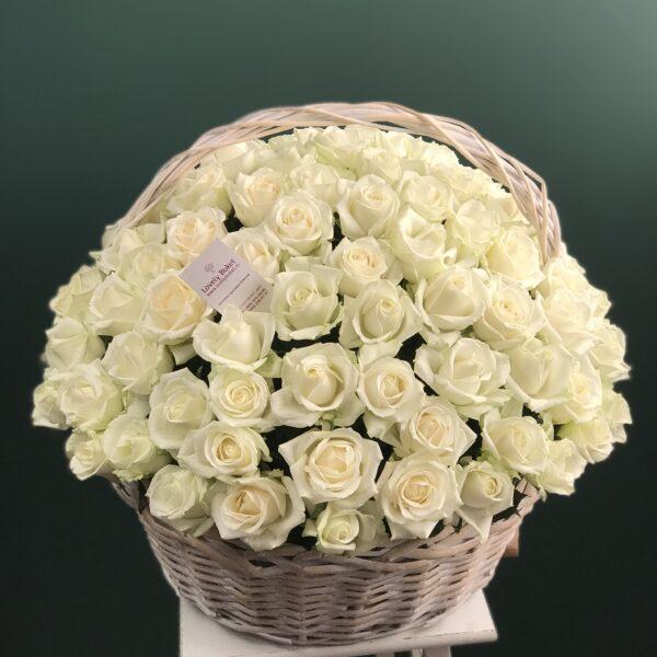 Букет из 101 белой розы в корзине - фото 1