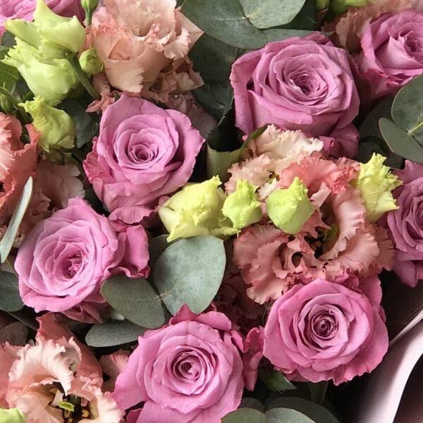 Букет из сиреневых роз и лизиантусов - фото 2