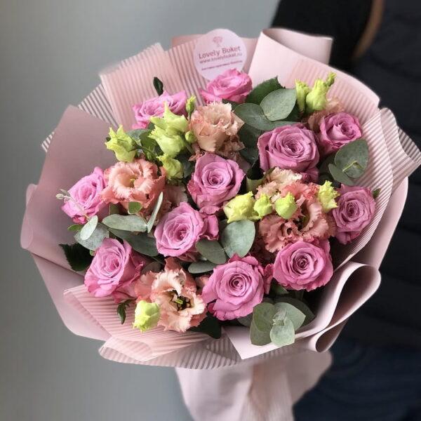 Букет из сиреневых роз и лизиантусов - фото 1