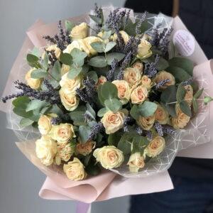 Букет с кустовыми розами и лавандой - фото 1