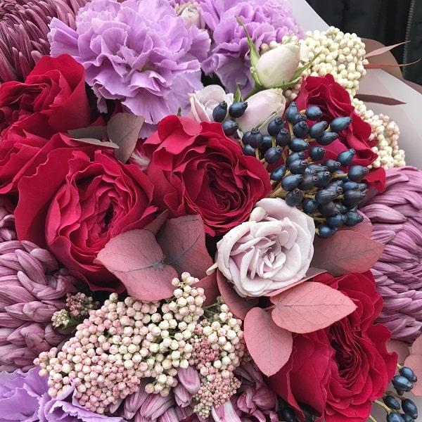 Букет в вишнево-сиреневой гамме с хризантемой и розой - фото 2