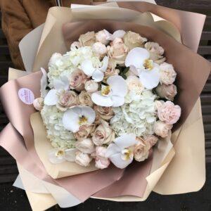 Букет с воздушными орхидеями и розами песочного оттенка - фото 1
