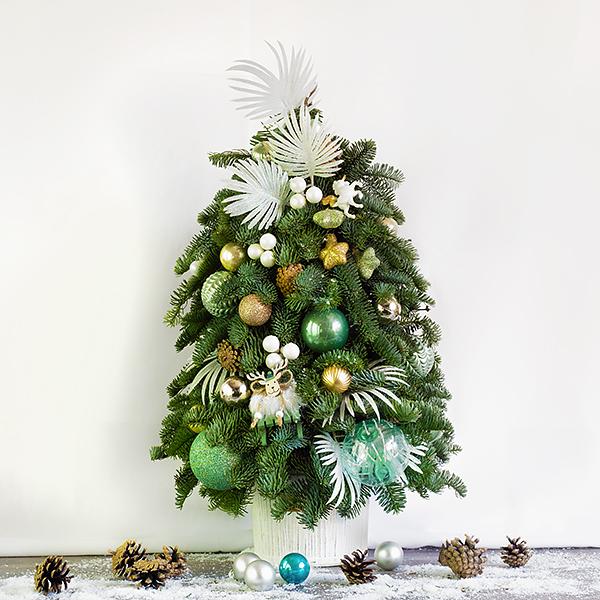 Новогодняя елка с ветками пальмы и игрушками - фото 1