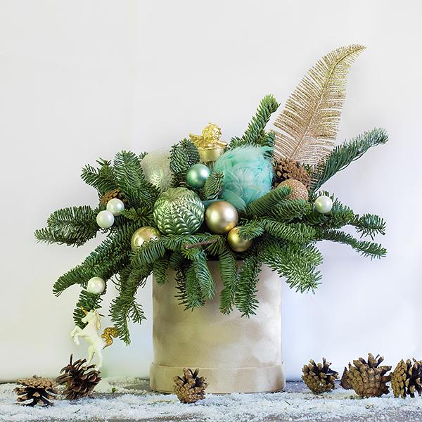 Новогодняя композиция с декоративной свечой и пером - фото 1