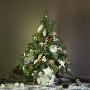 Новогодняя елка с декоративными игрушками и украшениями - фото 1