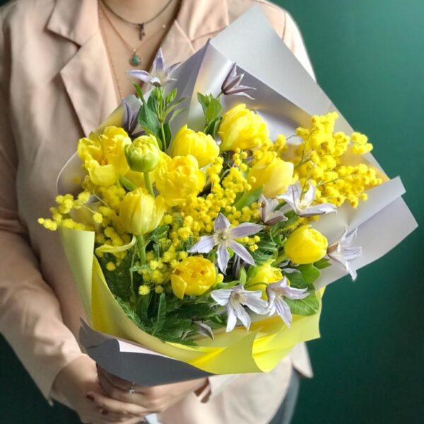 Весенний букет из ароматной итальянской мимозы, тюльпанов и садового клематиса - фото 2