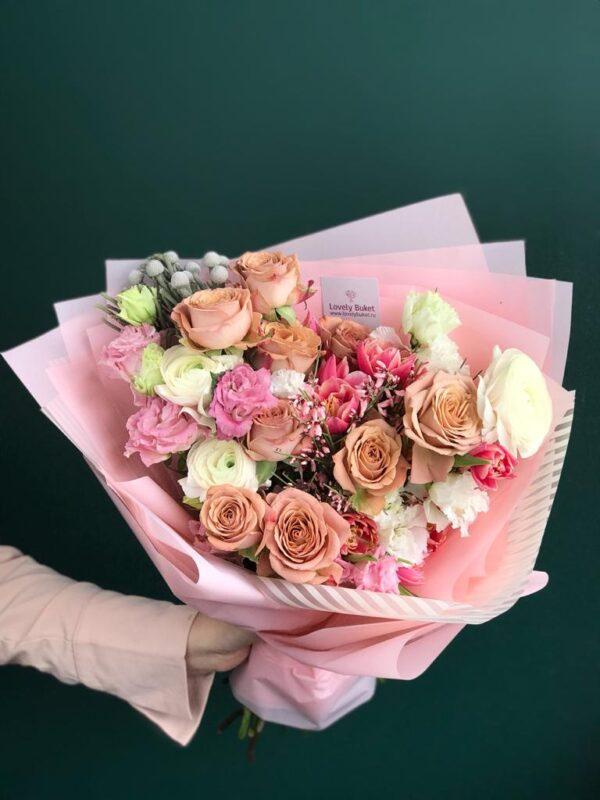 Весенний букет с розами Капучино, малиновыми тюльпанами, ажурной эустомой - фото 2