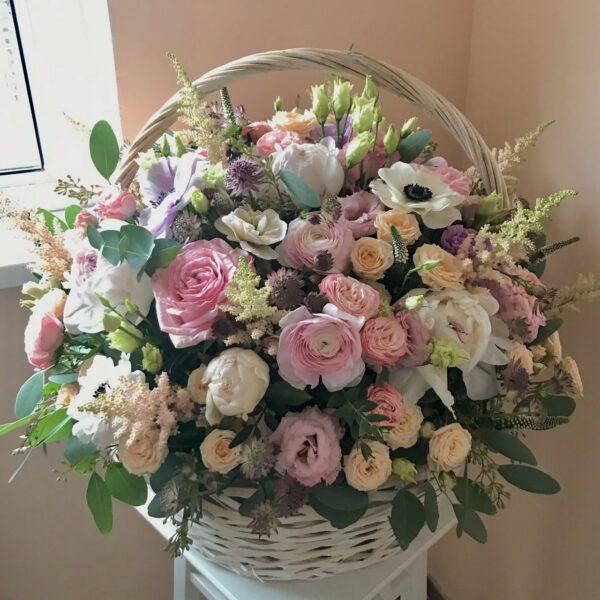 Большая корзина с весенними цветами и пионами - фото 1