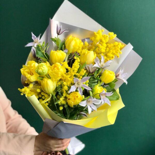 Весенний букет из ароматной итальянской мимозы, тюльпанов и садового клематиса - фото 1