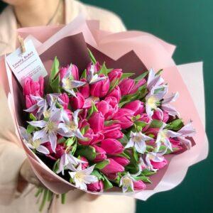 Букет тюльпанов сорта Indigo и садовый клематис - фото 1