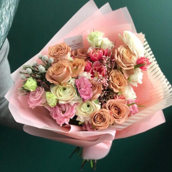 Весенний букет с розами Капучино, малиновыми тюльпанами, ажурной эустомой - фото 1