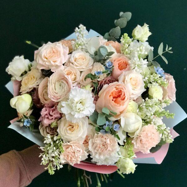 Ароматный букет с садовыми розами и сиренью - фото 1