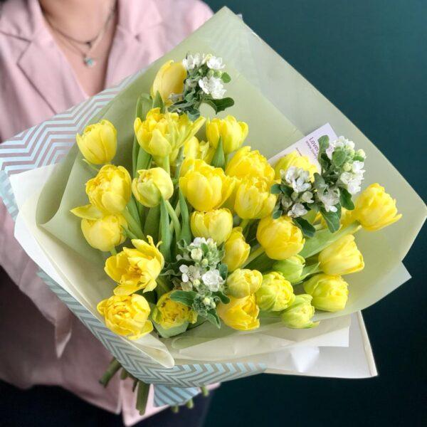 Нежный букет из лимонных тюльпанов и белого оксипеталума - фото 2