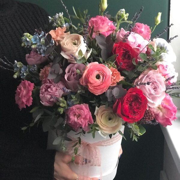 Цветочная композиция с яркими розами и лавандой - фото 1