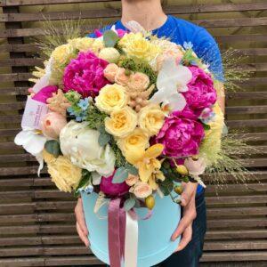 """Яркий букет с медовыми орхидеями, пионами """"Luna"""" и розами - фото 1"""